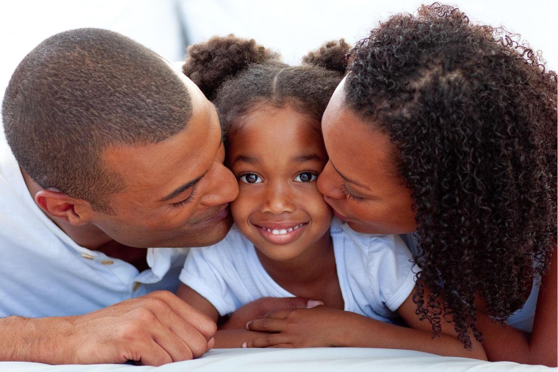 Rassismus: PPoC-Eltern küssen ihre Tochter auf die Wange