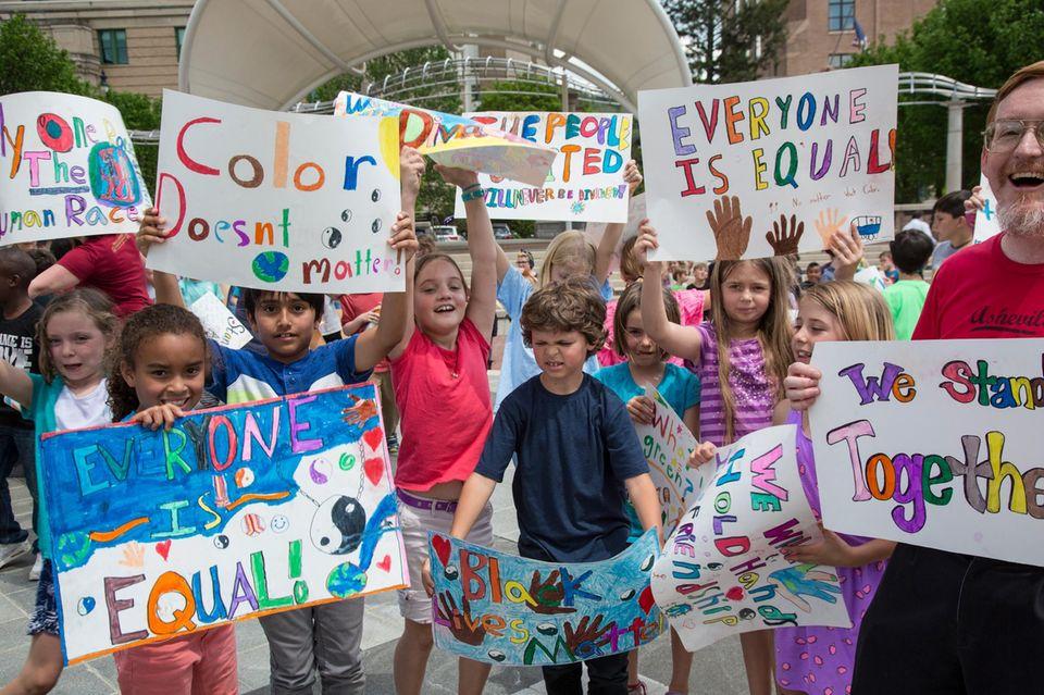 Rassismus: Kinder auf einer Demonstration