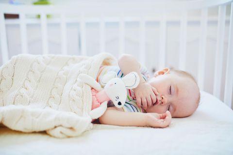 Für den Schlaf von Babys ist eine gute Matratze entscheidend.