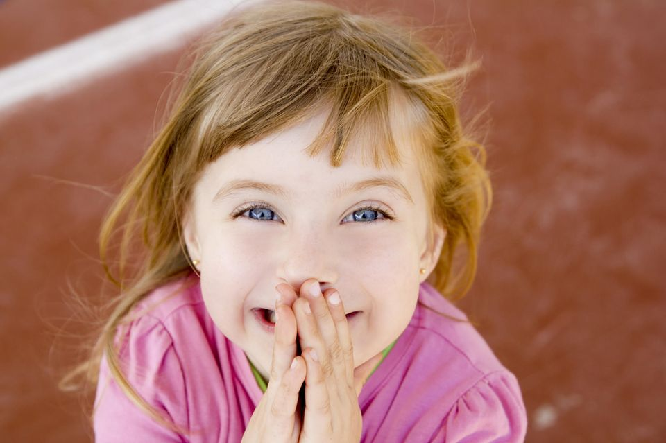 Peinliche Kindersprüche: Mädchen hält Hand vor den Mund