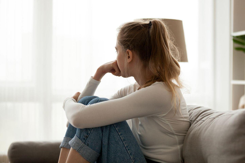 Seitenansicht einer unglücklichen Frau