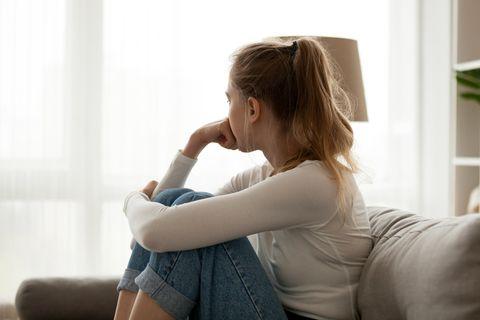 Verwöhnte Menschen: Frau schaut nachdenklich zur Seite.