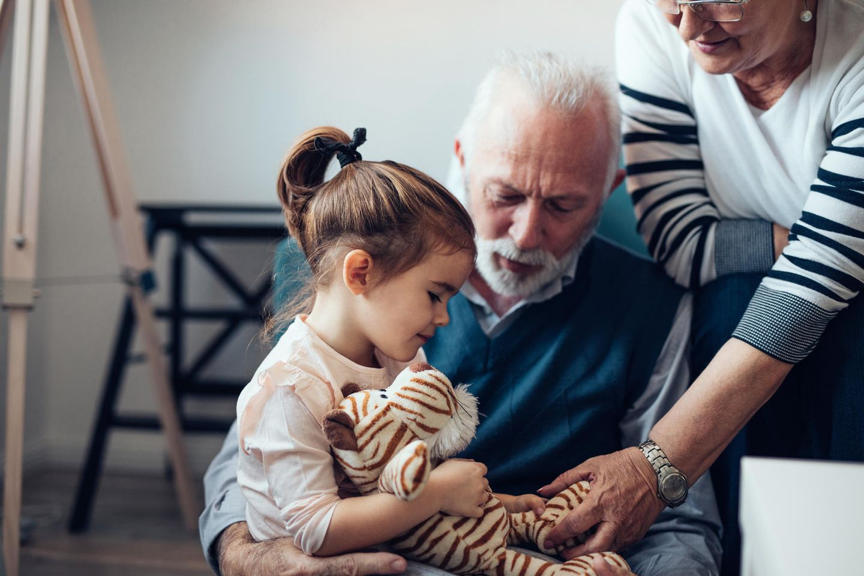 Großeltern und Enkel: Kleines Mädchen spielt mit ihren Großeltern