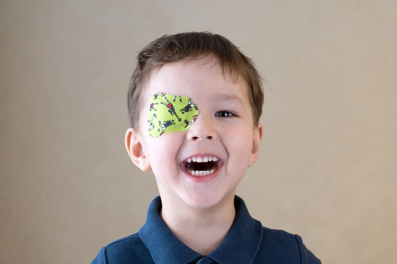 Okklusionstherapie: Junge mit Pflaster auf dem Auge