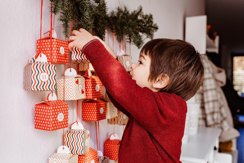 Adventskalender für Kinder: Rote, nummerierte Taschen zum Befüllen.