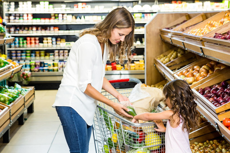 Mutter verrät: Mit diesen Tricks spart sie jeden Monat 500 Euro   Mutter und Tochter beim Einkaufen.