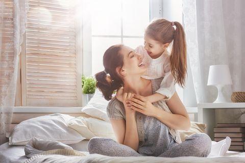 9 Tipps, mit denen du im Alltag gelassener wirst: Mutter und Tochter sind entspannt zu Hause.