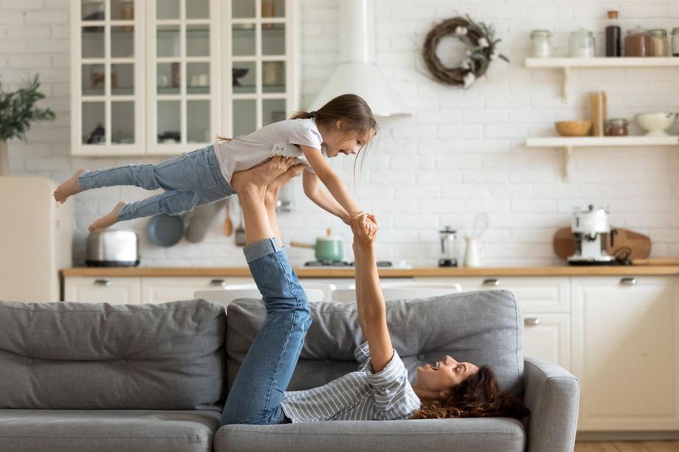8 Anzeichen, dass du dich selbst unterschätzt: Mutter mit ihrer Tochter zu Hause.
