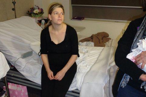"""""""Ist das zu viel verlangt?"""" Mutter spricht offen über Besuch im Wochenbett: Katie Bowman sitzt auf ihrem Krankenhausbett."""