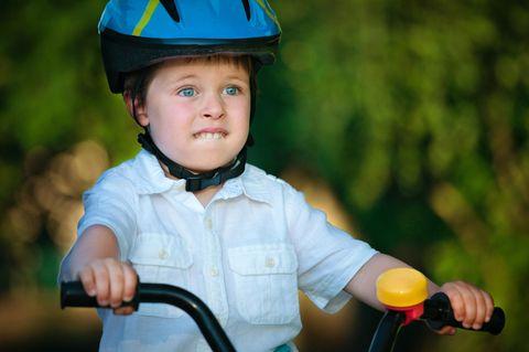 Zwei Mädchen schieben ihre Fahrräder