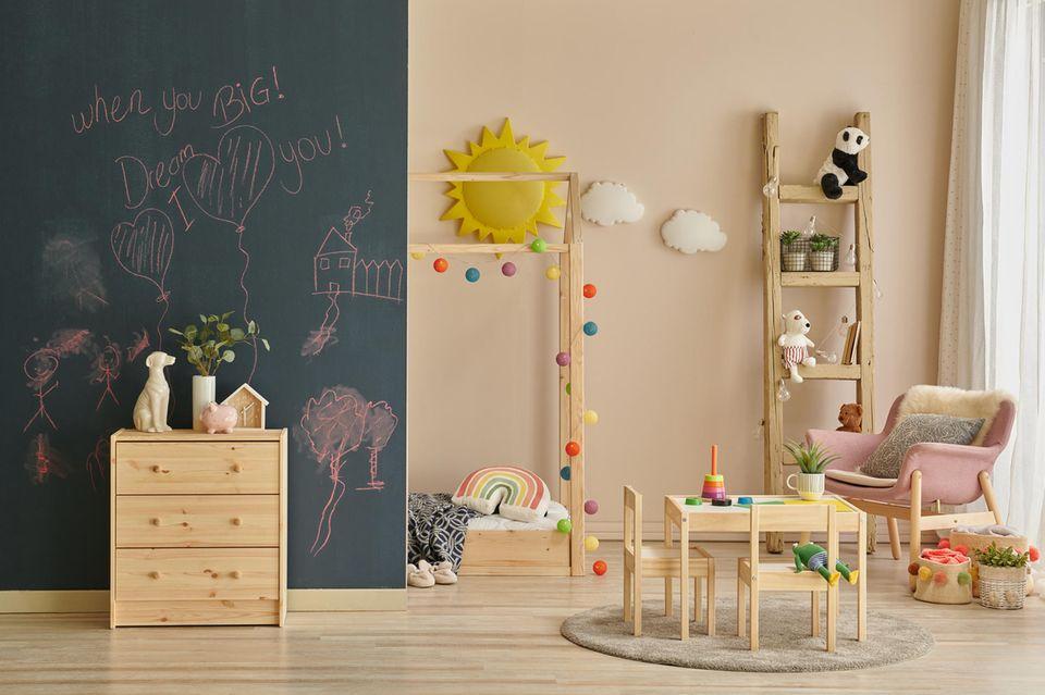Ein Kinderzimmer, das nach Montessori eingerichtet ist